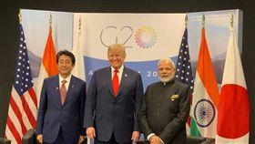 G20峰會今天展開,美國總統川普、日本首相安倍晉三及印度總理莫迪三方會談,美國表示與日、印兩國關係與眾不同,三方強調,「自由與開放的印太」對全球穩定繁榮很重要。(圖/翻攝自@nidhidynamic推特)