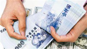 新台幣,薪資,工資,千元大鈔。(圖/翻攝自@WallStTV推特)