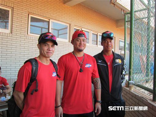 ▲職棒選手張正偉(左起)、王躍霖與陳韋奇出席關懷盃。(圖/記者蕭保祥攝影)