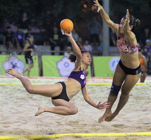 女子沙灘手球不時可以看見飛身射門或飛撲攔阻的動作。(圖/大會提供)
