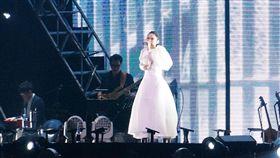 徐佳瑩「是日救星」旗艦返航版演唱會晚間第一場小巨蛋登場。