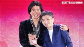 木村拓哉在亞洲時尚大賞頒獎給主廚林泉。(圖/記者林士傑攝影)