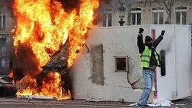 巴黎黃背心示威!警民衝突多人受傷 (圖/翻攝自twitter)