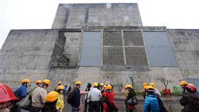 核一廠1號及2號機組圍阻體外觀陪伴台灣歷經能源危機、經濟起飛年代,核一廠1號機將功成身退,成為台灣第一座除役的核電廠。圖為2011年日本核災後,核一廠開放參觀,參訪團在1號及2號機組圍阻體外採訪。(資料照片)中央社記者孫仲達攝 107年12月2日