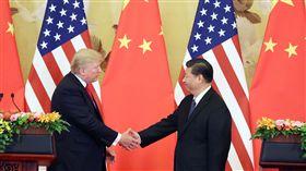 川習北京會見記者(3)中國國家主席習近平(右)與美國總統川普(左)9日在北京人民大會堂共見記者,習近平與川普先後「致詞」說明上午雙邊會談成果,沒有接受媒體提問,也都未提及台灣議題。(中新社提供)中央社  106年11月9日