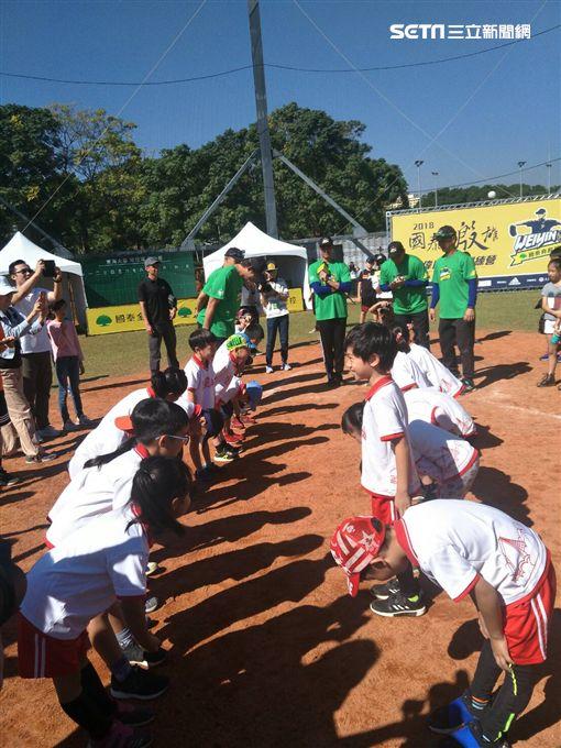 ▲陳偉殷棒球訓練營與6、7歲幼兒互動。(圖/記者林辰彥攝影)