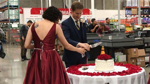 美國新人選在兩人第一次約會的地方「好市多」辦婚禮。(圖/翻攝nbcsandiego)