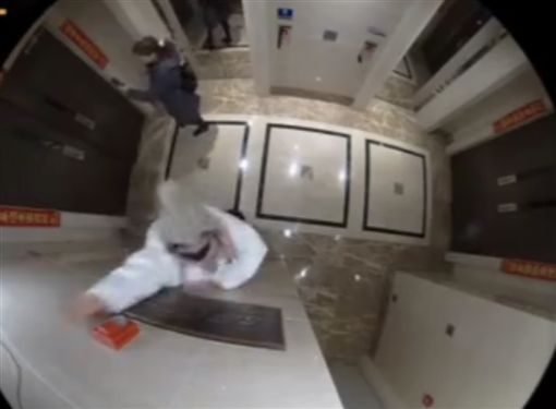 馬蓉一出電梯,就企圖把門口的監視器拍掉。(圖/翻攝自微博)