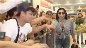 泰國「最辣熟女」席丹(Mader Sitang)因怪異舞姿而走紅,人氣水漲船高的她,日前遭菲律賓製作單位爆料,因違反多項協議,此舉疑似惹怒製作方,隨後就遭菲律賓當局列為入境黑名單。(圖/翻攝自ABS-CBN News YouTube)
