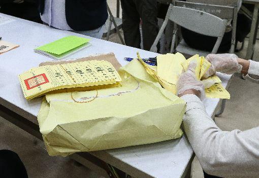 戴手套清點選票(2)國民黨台北市長候選人丁守中聲請重新計票,台北地方法院3日啟動驗票作業,驗票過程中,工作人員必須配戴手套清點選票。(台北市攝影記者聯誼會提供)中央社  107年12月3日
