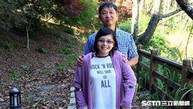 ▲王小姐小時候下肢突然無知覺,找病因找了超過20年,最後終於如願找出原來自己是罹患罕見的「脊髓牽扯症候群」。(圖/亞大醫院提供)
