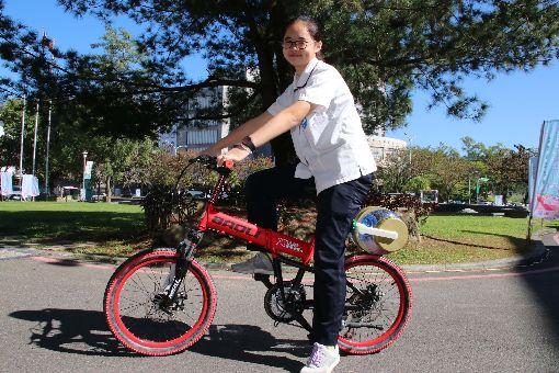 裝上這套創新發明  原來騎單車也能洗衣國立暨南國際大學附屬高級中學3年級學生簡詩婷(圖)為減輕母親洗衣負擔,發明自行車洗衣裝置,透過後車輪帶動洗衣槽,實測比手洗更乾淨。中央社記者蕭博陽南投縣攝  107年12月3日