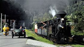 阿里山林鐵週年慶  與斯洛伐克締結姊妹鐵路阿里山林業鐵路及文化資產管理處將於5日在嘉義車庫園區舉辦阿里山林鐵106年週年慶,並將與120年歷史的斯洛伐克切尼赫榮鐵路締結姊妹鐵道。圖為切尼赫榮鐵路行駛景觀。(阿里山林業鐵路及文化資產管理處提供)中央社記者黃國芳傳真 107年12月3日