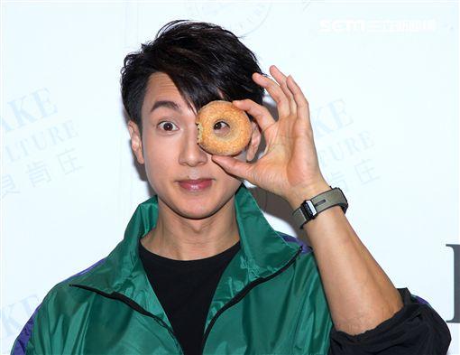 吳尊為自己在台灣投資的麵包坊站台,用味蕾環遊世界,用愛心助公益。(記者邱榮吉/攝影)