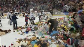 泰迪熊暴雨!3萬多隻齊扔進場創紀錄 美國冰球聯盟,赫爾希棕熊隊,泰迪熊,慈善,兒童 翻攝自推特