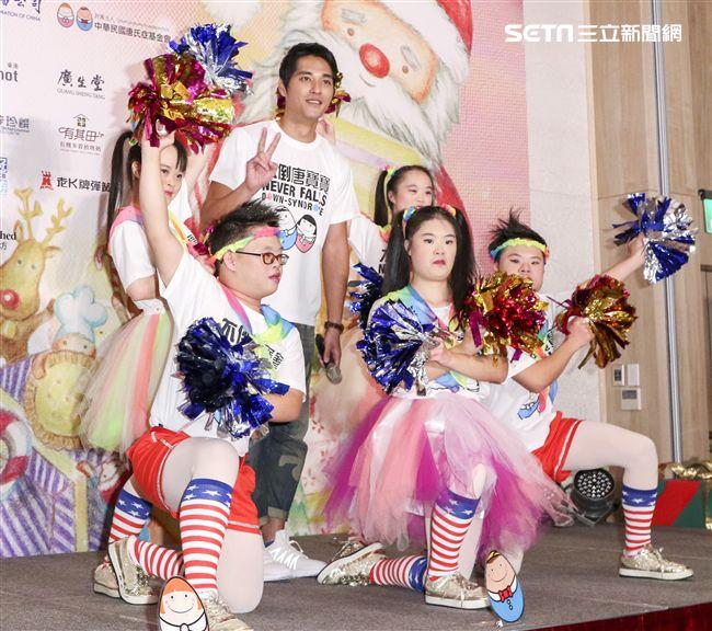 藍正龍出席中廣「擁抱希望傳出愛」義賣活動,與表演的唐氏症孩童合照。(記者林士傑/攝影)