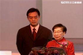 嚴凱泰與母親吳舜文