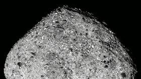 NASA的「歐塞瑞斯號」太空船,飛抵古老小行星貝努。(圖/翻攝自Twitter)