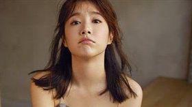 李佳穎IG首圖也微透露出小女人的嫵媚。(圖/翻攝自李佳穎Instagram)
