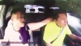 惡客掐脖逼加速 計程車運將護檔位時速飆上140(圖/微博)