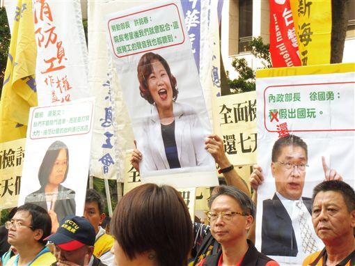 桃園市產業總工會4日號召約百人到內政部抗議,要求還7天國家假日。(圖/記者盧素梅攝)