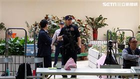 霹靂小組荷槍實彈進駐10樓驗票會場(翻攝畫面)