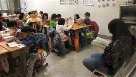 IDC教育實踐閱讀身教「趣創者國際實驗教育」(Interest-Driven Creator,IDC)實踐身教式閱讀,每堂課老師會坐在前面,師生都要閱讀自己喜歡的書。中央社記者魏紜鈴攝 107年12月2日