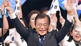 文在寅要求解決慰安婦與勞工問題南韓總統文在寅15日在慶祝南韓擺脫日本殖民統治72週年紀念儀式上發表演講時,要求日本解決慰安婦與勞工問題。(共同社提供)中央社 106年8月15日