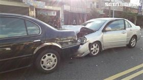 8旬翁騎車闖紅燈當場被撞死 警官目睹也被撞/翻攝畫面