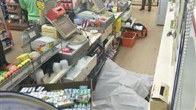 砰!綠衣男闖小七當場槍殺 櫃妹陳屍收銀台(圖/泰國頭條新聞)