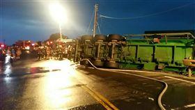 化學槽車自撞翻覆駕駛受困 醋酸大片外洩台2線雙線封閉 圖/翻攝畫面