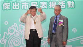 柯文哲表揚傑出市民(1)台北市長柯文哲(左)5日在台北出席107年度台北市傑出市民表揚典禮,頒獎給傑出市民林伸龍(右)。中央社記者吳家昇攝  107年12月5日