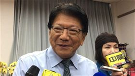 再次接下當選證書 潘孟安:責任壓力很大順利當選連任的屏東縣長潘孟安(中)5日接下當選證書,潘孟安說,背負的責任壓力很大,過去屏東縣政府在環保議題上不足的地方,將會積極解決展現成效。中央社記者郭芷瑄攝 107年12月5日