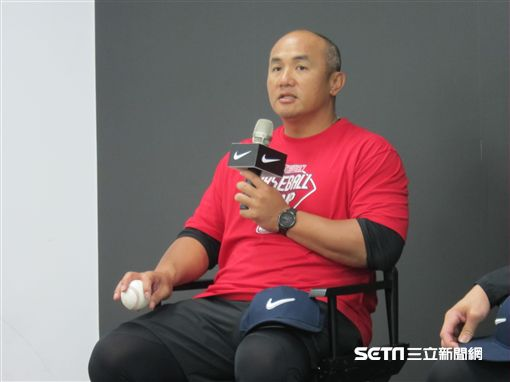 ▲職棒退役選手張泰山指導青棒球員。(圖/記者蕭保祥攝影)