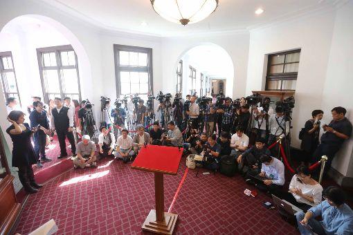 蔡總統將首度發表迴廊談話總統府6日上午發出通知表示,總統蔡英文行程結束後,將於總統府進行「迴廊談話」,現場媒體大陣仗待命。中央社記者徐肇昌攝  107年12月6日