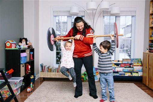 吉拉德(中)已是3個小孩的媽媽。(圖/翻攝自IWF官網)