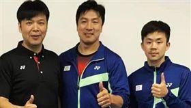 (左起)中華羽協理事長張國祚、現任總教練張政雄及新任總教練賴建誠。(圖/中華羽協提供)