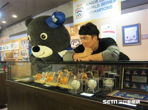 ▲中信兄弟選手周思齊與熊讚出席棒球文物展。(圖/記者蕭保祥攝影)