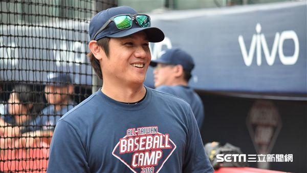 陳鏞基在NIKE訓練營指導小球員。(圖/記者王怡翔攝影)