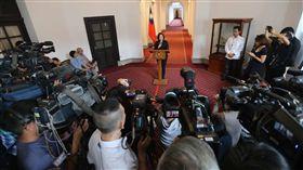 大批媒體關注總統發表迴廊談話總統蔡英文(中)6日在總統府進行「迴廊談話」,並就相關議題說明,總統府迴廊擠滿大批媒體。中央社記者徐肇昌攝  107年12月6日