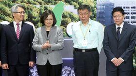 總統邀請柯文哲合影(2)總統蔡英文(左2)15日出席國家生技研究園區開幕典禮,邀請台北市長柯文哲(右2)站在身旁合影。中央社記者鄭傑文攝 107年10月15日