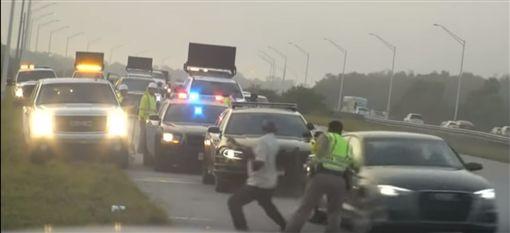 美國州警執勤遭撞。(圖/翻攝網站)