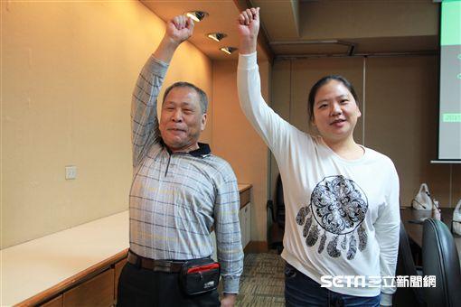 患者陳女士(右)和潘先生(左)接受神經轉位手術,揮別右臂癱軟人生。(圖/記者楊晴雯攝)