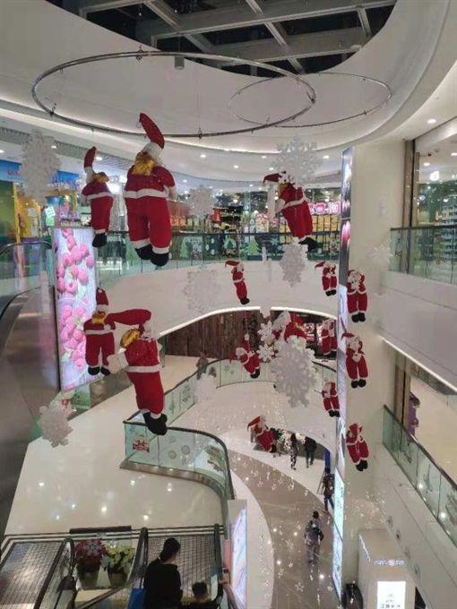 一年一度的聖誕節即將到來,各大商場紛紛開始精心布置聖誕裝飾,讓消費者感受聖誕氣氛,而香港天水圍的天一商場,就拿了15隻聖誕老人娃娃吊在半空中,但聖誕老人的棉花似乎塞不夠,看上去彷彿是「山寨板」。不少網友看到後,紛紛直搖頭,甚至還酸「這是集體自殺!」(圖/翻攝自《Nmplus》