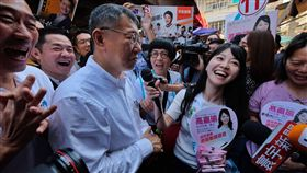 高嘉瑜問柯文哲市議員最支持誰無黨籍台北市長候選人柯文哲(中左)15日到內湖737傳統市場拜票,巧遇民進黨市議員候選人高嘉瑜(中右),高嘉瑜用麥克風問柯文哲誰是他最支持的市議員候選人。中央社記者王飛華攝  107年11月15日