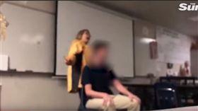 神經病?美國女老師台上高唱國歌 抓學生亂剪頭髮(圖/截取自The Sun YouTube)