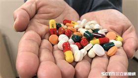 胃腸肝膽科醫師王志堂提醒,少服用不是必需的藥,且草藥、中藥或強調有療效的食補、保健食品都要遵照醫囑謹慎服用,以免傷肝。(圖/資料照)