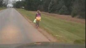 美國,女童徒步有8公里上學(圖/翻攝自臉書)