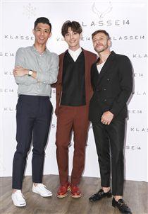 炎亞綸出席KLASSE14品牌代言活動與義大利設計師合影。(記者林士傑/攝影)