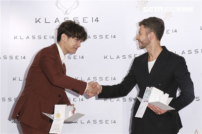 炎亞綸出席KLASSE14手錶品牌代言活動與義大利設計師合影。(記者林士傑/攝影)